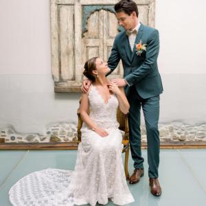 le couple de marié se regardant tendrement. LM Laure Mariage wedding planner pays basque