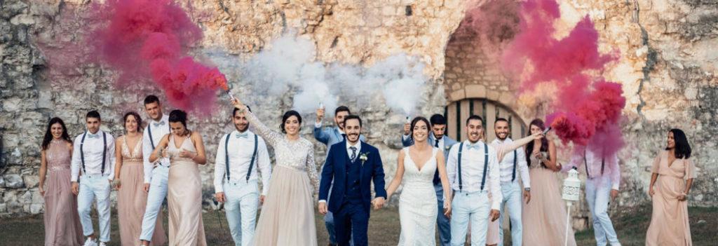 Les mariés leurs témoins place aux fumigènes LM Laure Mariage wedding planner pays basque